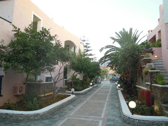 Kournas Village Beach Hotel: corso villaggio