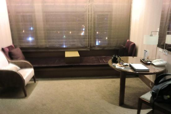 Hotel Kuva Chateau: Sofas and desk