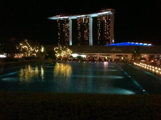 The Fullerton Bay Hotel Singapore : roof top bar and pool