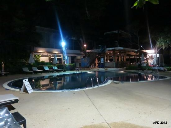 Patong Bay Garden Resort: Pool area at night (pool only available up till 7pm daily)