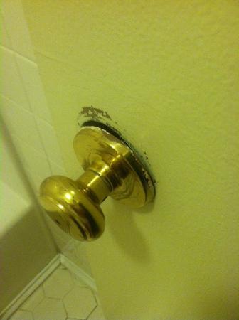 Creekside Lands Inn: bathroom door knob and door that does not close all the way