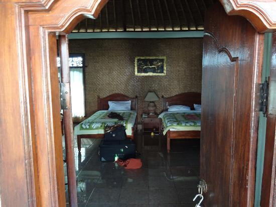 Terang Bulan Cottages: View into my room from front door, beautiful carved doors