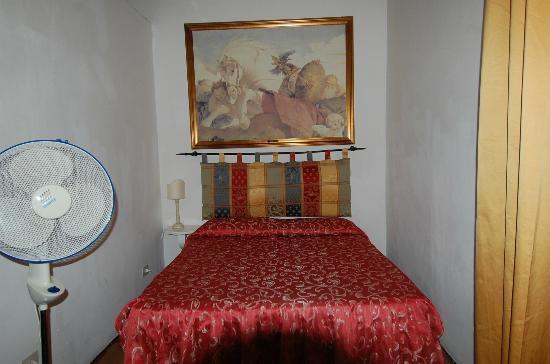 Il Casato Residenza d' Epoca : notare il minimo spazio tra letto e muri