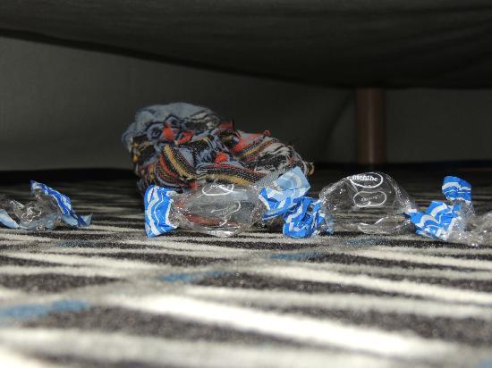 Ibis Styles Paris Republique: Dettaglio calzino sporco sotto il letto