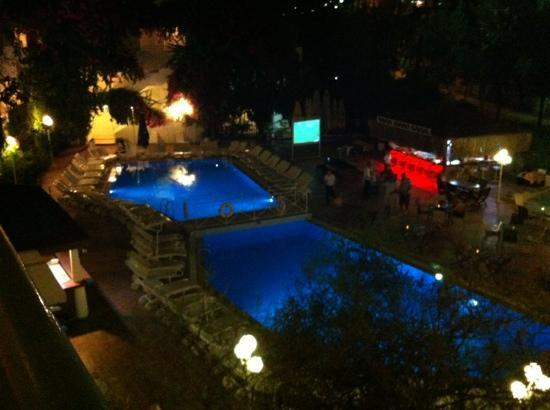 Golden Gate Apart Hotel: the pool bar at night