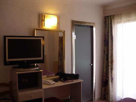 Servigroup Venus : TV y baño. Cuidado con la puerta, se refleja todo en el marco (es brillante como un espejo)