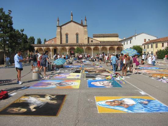 Santuario Beata Vergine Maria delle Grazie: Fiera dei Madonnari sul sagrato del Santuario