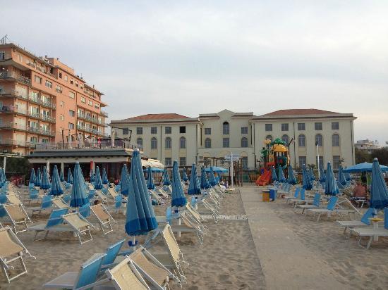 Spiaggia foto di altamarea beach village cattolica - Residence cattolica con piscina ...
