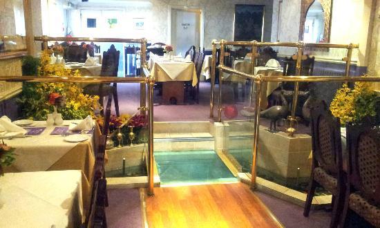 Jahangir Balti & Tandoori Restaurant: Interior, glass bridge