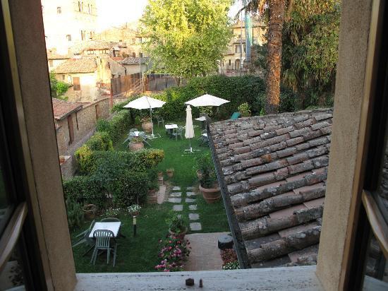 Locanda La Mandragola: Vista della camera su giardino