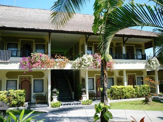 Aneka Lovina Beach Hotel: vue de la chambre
