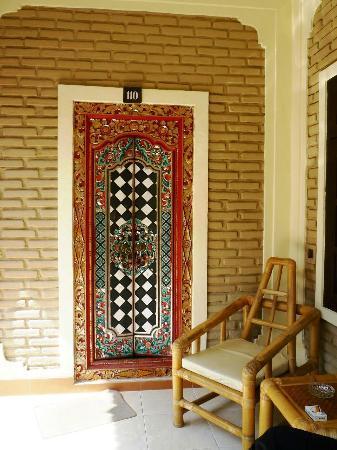Aneka Lovina Villas & Spa: porte de la chmabre