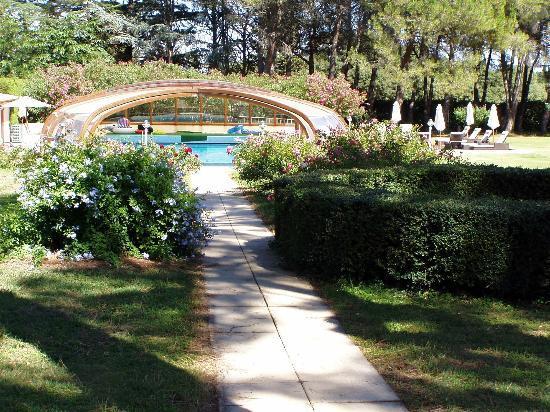 Le Mas de l'Espérance : la piscina nel giardino
