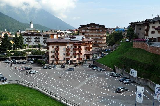 Hotel Cristallo: l'hotel visto dalla cabinovia