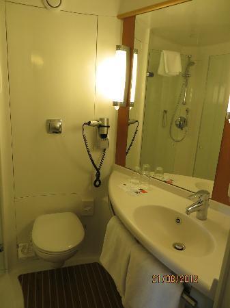 Badspiegel München badezimmer mit schönen großen spiegel picture of ibis muenchen