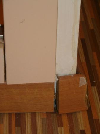 RV Hotel Ametlla Mar : La plinthe s'arrache, le mur est tâché