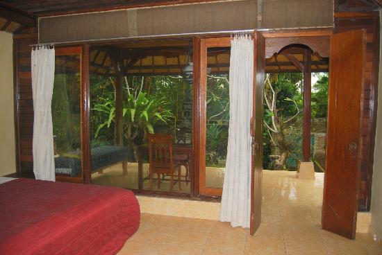 Abangan Bungalow: jardin et terrasse vus de la chambre