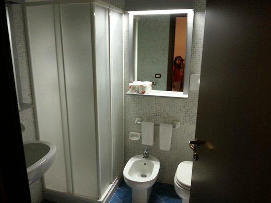 Hotel Club Montecampione : Bagno con doccia.