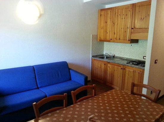 Hotel Club Montecampione : Soggiorno con cucina a vista