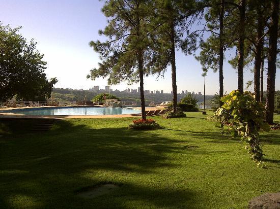 Hotel Casino Acaray: Parque y zona de piscina