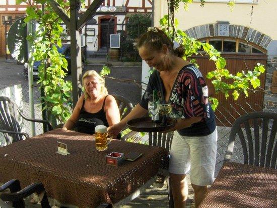 Heerlijk genieten op het druiventerras in Zum Weinstock te Enkirch