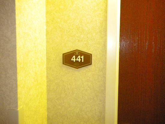 Hampton Inn St. Petersburg: My assigned Non-Smoking Room but Non-Smoking Sign is not posted