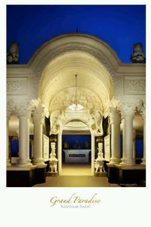 Grand Paradise Hotel Lembang : The main entrance  of Grand Paradise