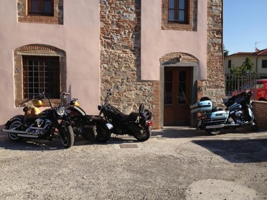 Tangohotel: le moto parcheggiate sotto la finestra della camera