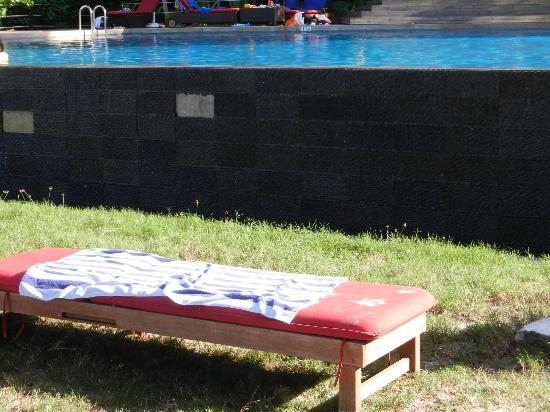 Bunga Raya Island Resort: incuria, le mattonelle della piscina a sfioro staccate