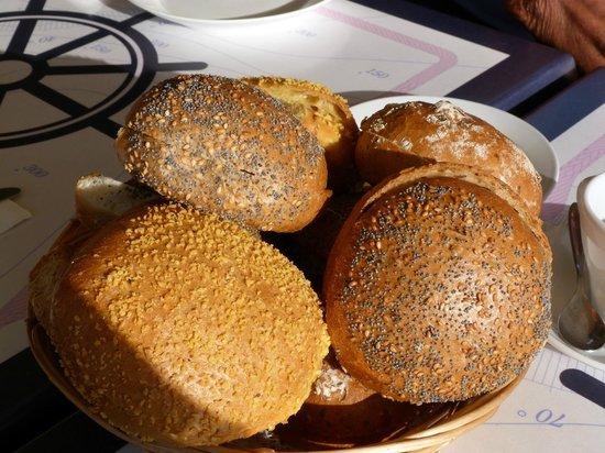 Dragoer Hotel & holiday apartments: Il cesto del pane a colazione