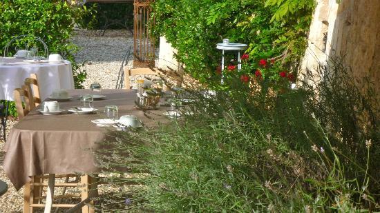 Chateau de Montigny-Rabey: colazione bordo piscina