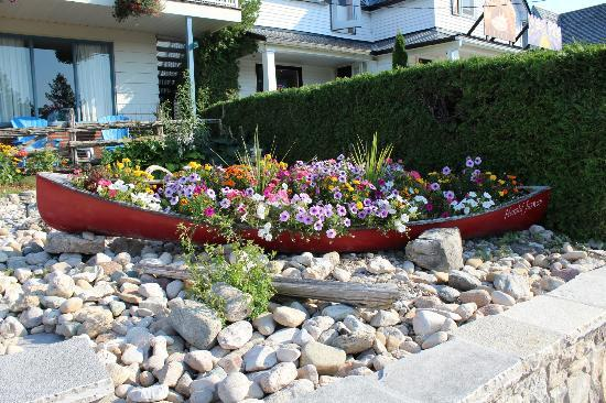 Blue Bay Motel: Pretty flowers in a canoe by the front of the motel.