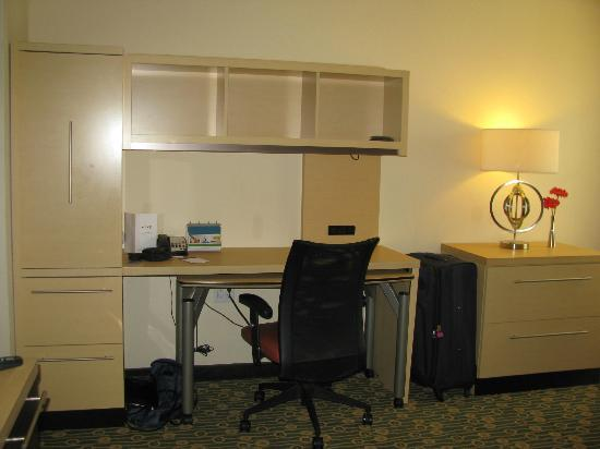 TownePlace Suites Republic Airport Long Island/Farmingdale : Desk with storage area