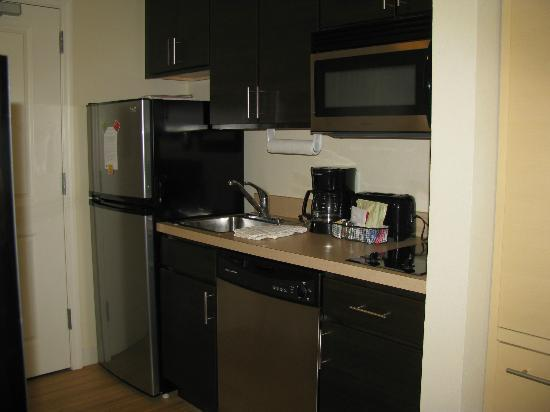TownePlace Suites Republic Airport Long Island/Farmingdale: Full kitchen