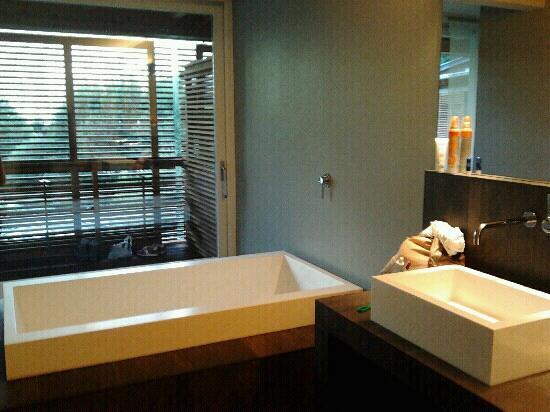 Vasca Da Bagno Per Hotel : Vasca da bagno comunicante con balcone foto di feldmilla design