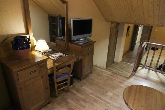 Can Boix de Peramola: Sala con el escritorio y otra TV