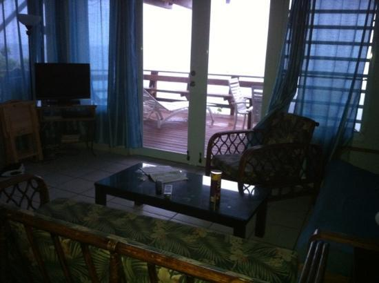 Villa Tropical Oceanfront Apartments on Shacks Beach: living room area in R1