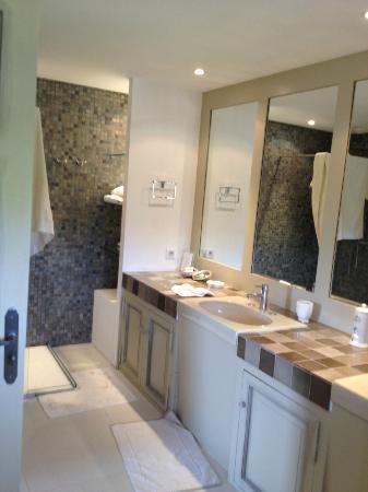 Le Temps des Olives: spacious bathroom