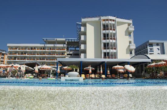 Bibione Palace Suite Hotel: L'hotel visto dalla piscina
