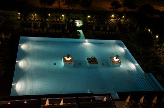 Bibione Palace Suite Hotel: Piscina by night