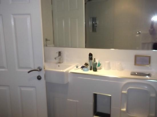 The White Swan Hotel by Compass Hospitality: The vanity area in the bathroom!