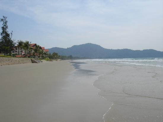 Nexus Resort & Spa Karambunai: Beach looking toward the main resort
