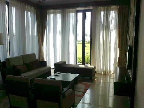 Nexus Resort & Spa Karambunai: Living area surrounded by water...