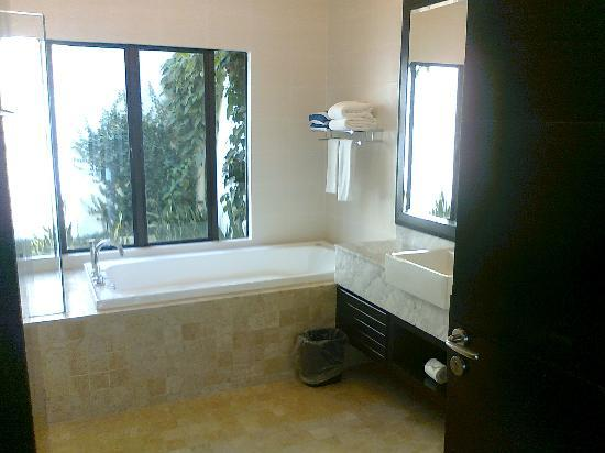 Nexus Resort & Spa Karambunai: Big spa bath...