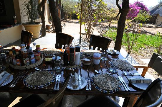 Kambaku Safari Lodge: L'heure du brunch, chaque jour servi dans une disposition différente en fonction du nombre d'hôt