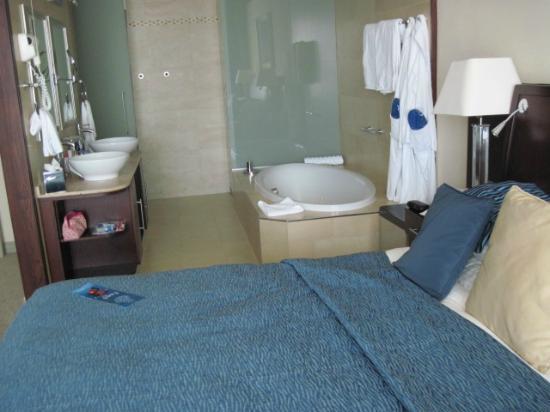 Radisson Blu Resort & Spa, Malta Golden Sands: Bathroom area from bedroom