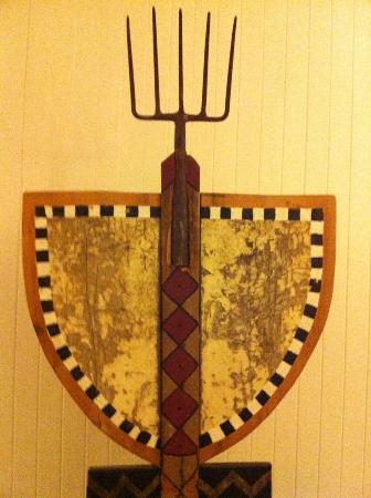 Graskop Hotel: Détail d'un des oeuvres d'art qui jalonnent les couloirs de l'hôtel