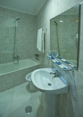 Hotel Altozano: Baño