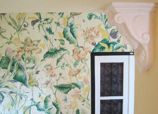 Hotel Julamis: Murales de foliaje cubren las paredes