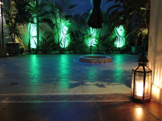 Hotel Julamis: Patio en la noche